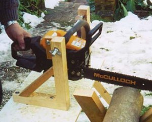 Support bracket bench for power chainsaw